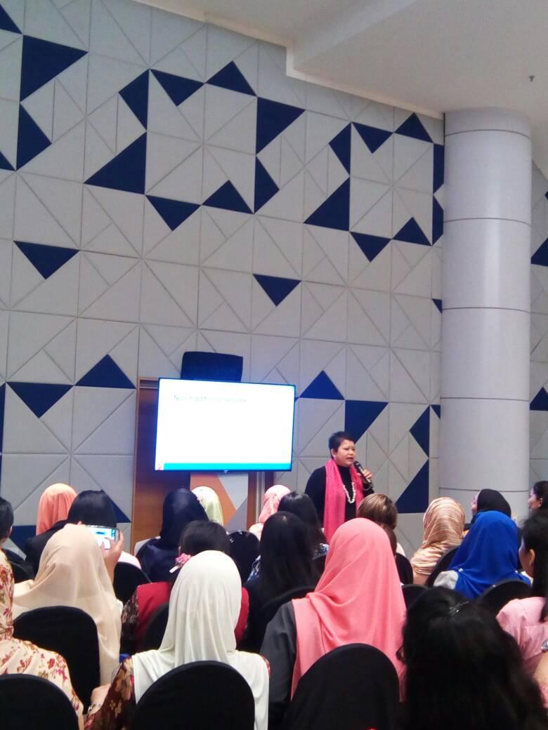 Photo of Hanie addressing the CV Workshop audience