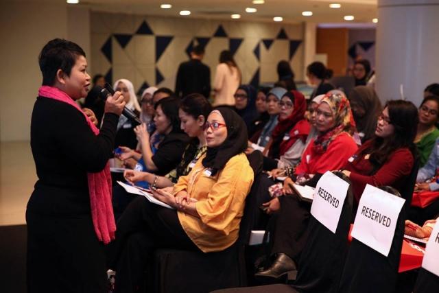 Photo of Hanie Razaif-Bohlender giving resume writing advice