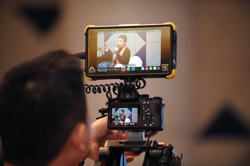 Photo of videographer taping Hanie Razaif-Bohlender's CV workshop